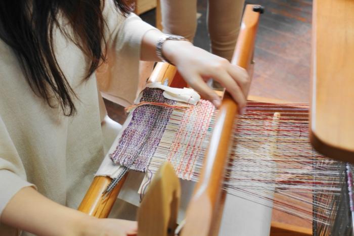やさか村ワタブンアートファブリック 機織り体験の様子